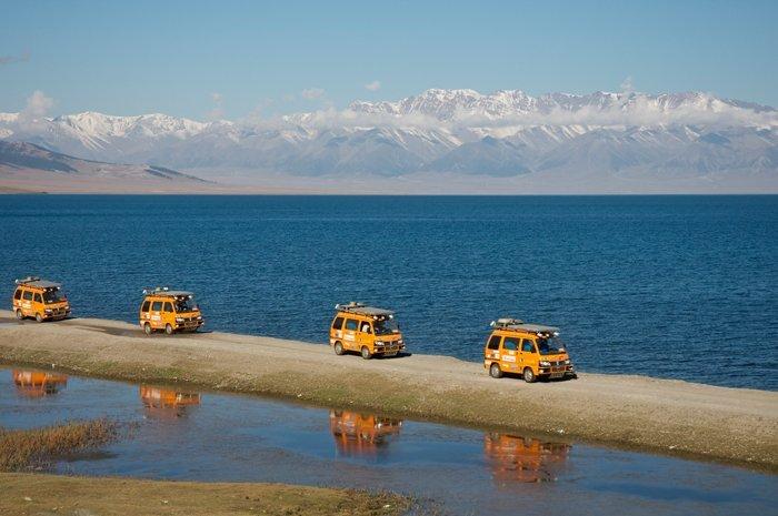 Passaggio sul lago Sayram